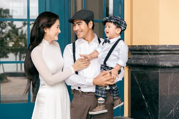 Ngọc Lan diện áo dài trắng tinh khôi, e ấp bên ông xã Thanh Bình và con trai 0