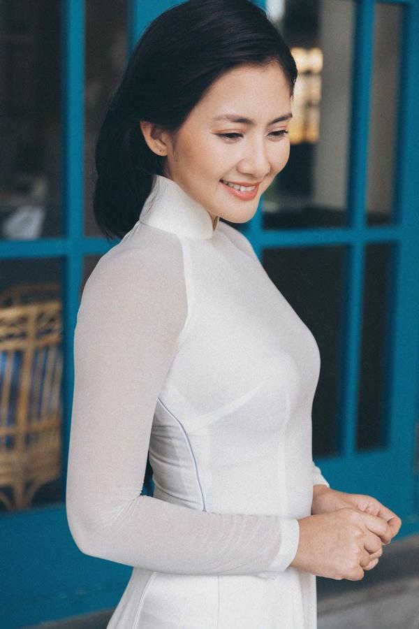 Ngọc Lan diện áo dài trắng tinh khôi, e ấp bên ông xã Thanh Bình và con trai 1