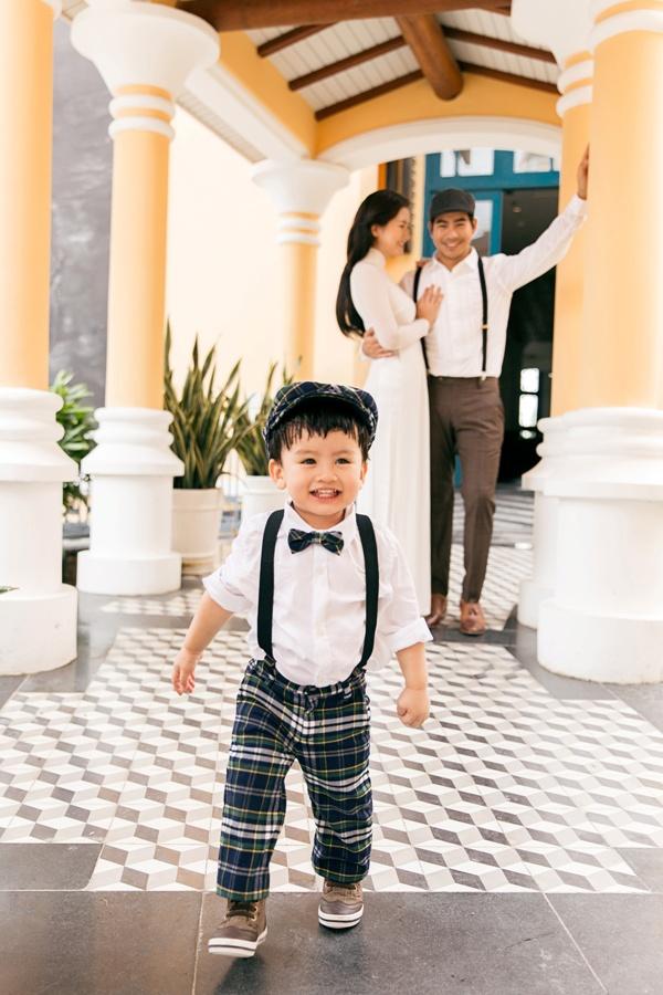 Ngọc Lan diện áo dài trắng tinh khôi, e ấp bên ông xã Thanh Bình và con trai 3