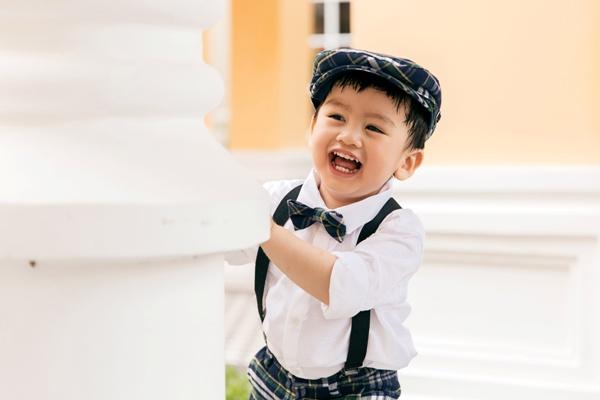 Ngọc Lan diện áo dài trắng tinh khôi, e ấp bên ông xã Thanh Bình và con trai 4