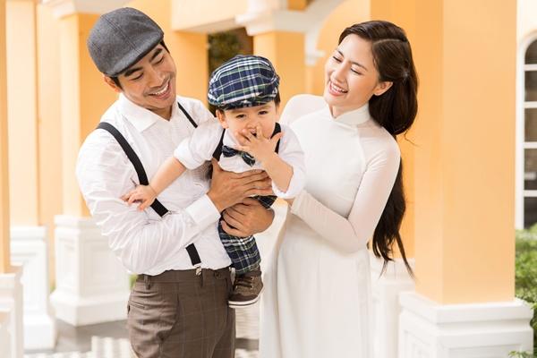Ngọc Lan diện áo dài trắng tinh khôi, e ấp bên ông xã Thanh Bình và con trai 5