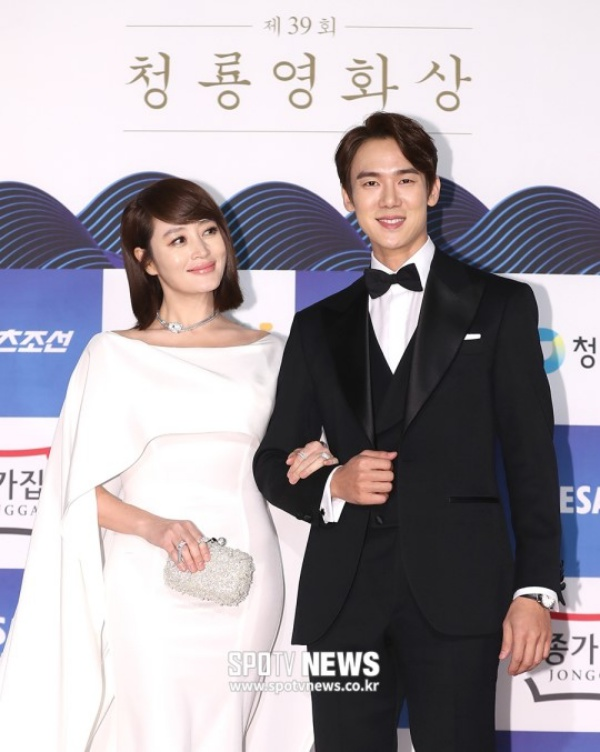Vẫn như mọi khi, Kim Hye Soo đẹp lộng lẫy dù đã bước sang tuổi 49, sánh đôi cùng Yoo Yeon Seok lịch thiệp và bảnh bao đến bất ngờ
