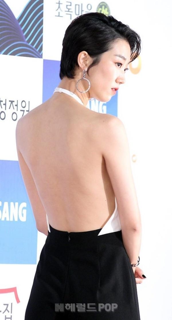 Nữ diễn viên phimCô nàng cử tạngày nào gây sốc khi xuất hiện tại thảm đỏ với chiếc váy hở lưng táo bạo...