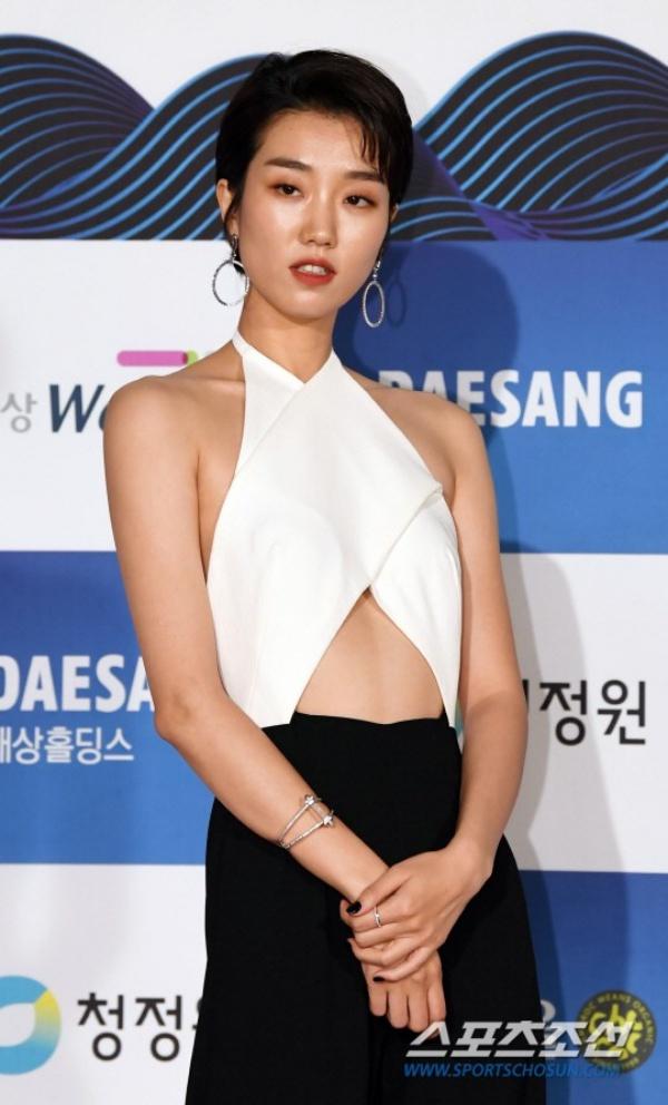 Và đằng trước cũng hớ hênh không kém. Cô nàng đã nhận phải khá nhiều chỉ trích từ netizen vì trang phục không phù hợp với không khí trang trọng của lễ trao giải