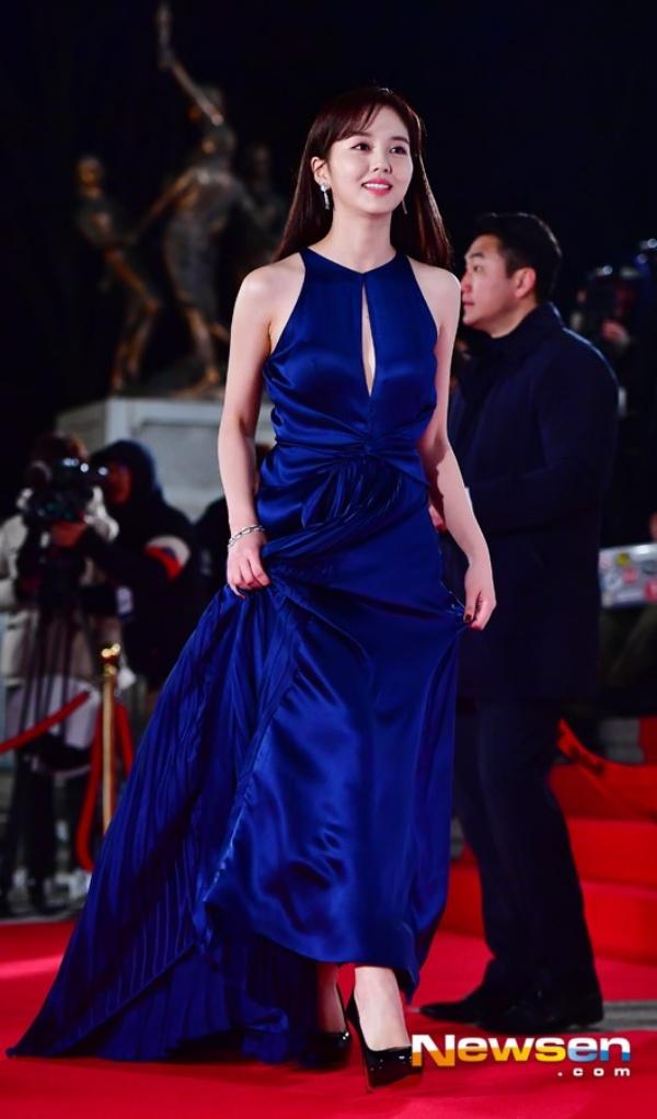 Kim So Hyun được nhận xét ngày càng xinh đẹp, có nét diễn riêng trong phong cách diễn xuất. Cô nàng dường như lấn át mọi người đẹp khác trên thảm đỏRồng Xanhnăm nay