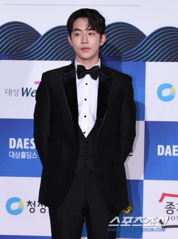 Xét về sự nổi bật trên thảm đỏ thì NamJoo Hyuk vẫn thuộc hàng top bên phía các sao nam