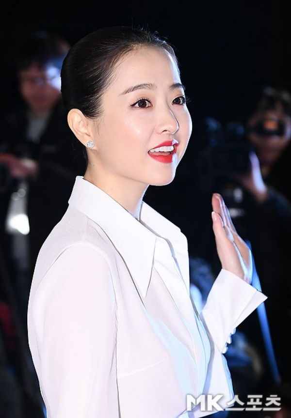 Lớp trang điểm đậm quá mức cần thiết, mặt đánh phấn trắng bệch, kiểu tóc khô khan già dặn cùng trang phục kín đáo khiến Park Bo Young như già đi chục tuổi