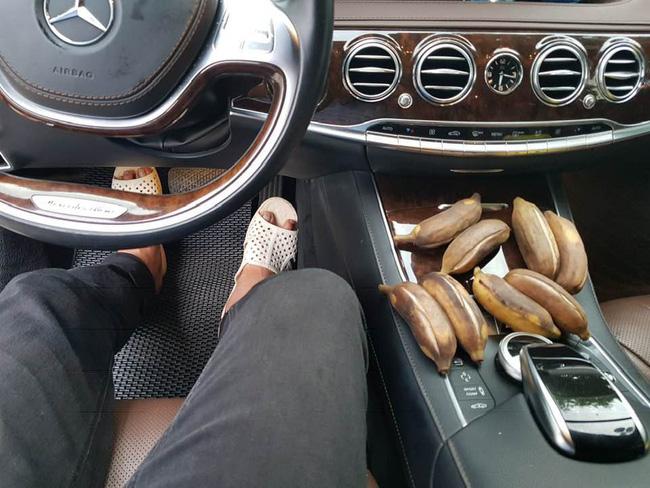 Quyền Linh chạy xe sang nhưng lại mang dép tổ ong, ăn sáng bằng chuối luộc.
