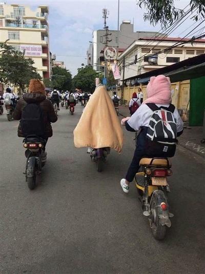 Chạy xe ngoài đường vào mùa đông chẳng khác nào cực hình, trùm chăn thế có lẽ cũng là một giải pháp