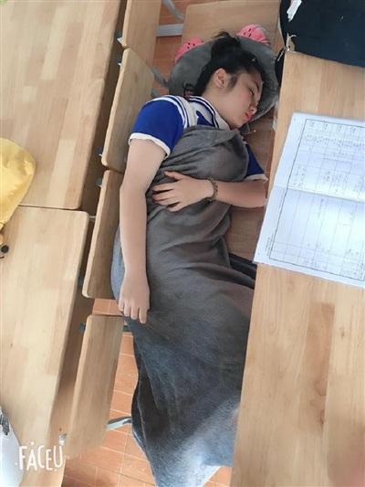 Hà Nội vào đợt rét sâu, dân mạng 'cười té ghế' trước hình ảnh học sinh trùm chăn đi học 6