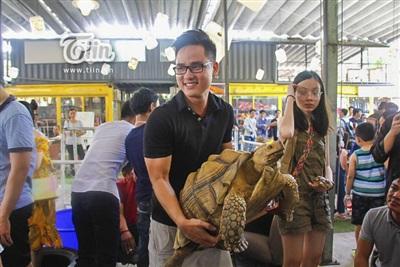 Nam thanh niên phải gồng mình khi nhấc chú rùa 16 tuổi lên tay.