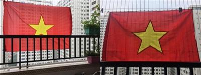 Người dân Hà Nội 'nhuộm đỏ' chung cư, treo cờ cổ vũ đội tuyển Việt Nam 2