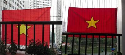 Cờ đỏ được treo rợp khắp các ban công của khu chung cư HH Linh Đàm.