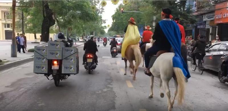 CĐV Hải Phòng 'chơi lớn', cưỡi ngựa xuống đường cổ vũ đội tuyển Việt Nam 1