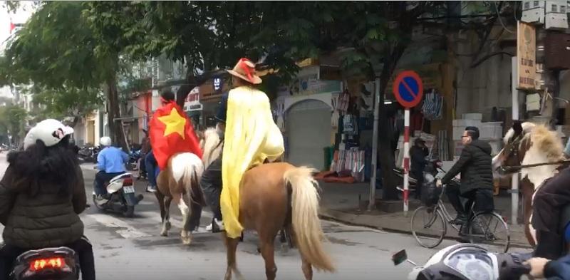 CĐV Hải Phòng 'chơi lớn', cưỡi ngựa xuống đường cổ vũ đội tuyển Việt Nam 2