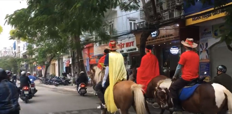 CĐV Hải Phòng cưỡi ngựa xuống phố, cổ vũ nhiệt tình đội tuyển Việt Nam trước giờ bóng lăn.