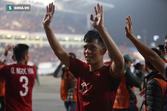 Đình Trọng ăn mừng sau chức vô địch.