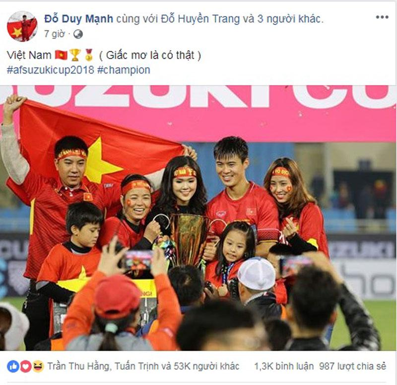 Sau 10 năm, đội tuyển Việt Nam lại được chạm tay vào cúp vàng AFF Cup.