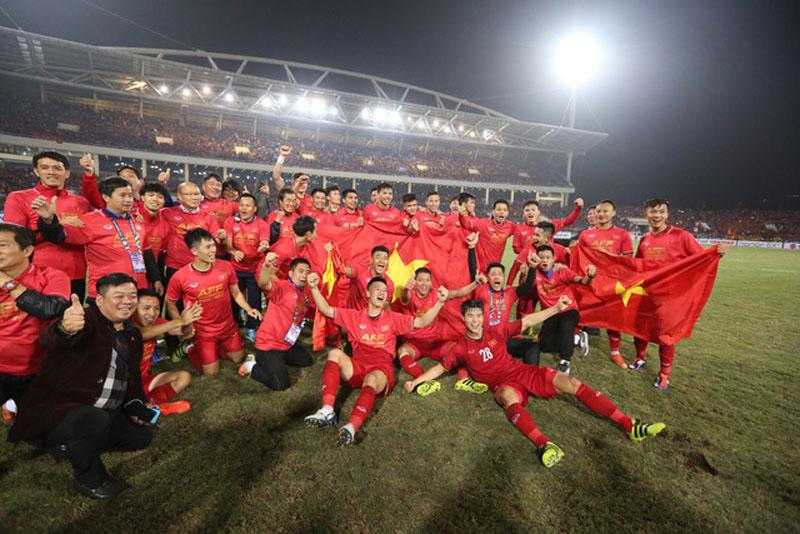 Các cầu thủ ăn mừng chiến thắng trên sân cỏ.