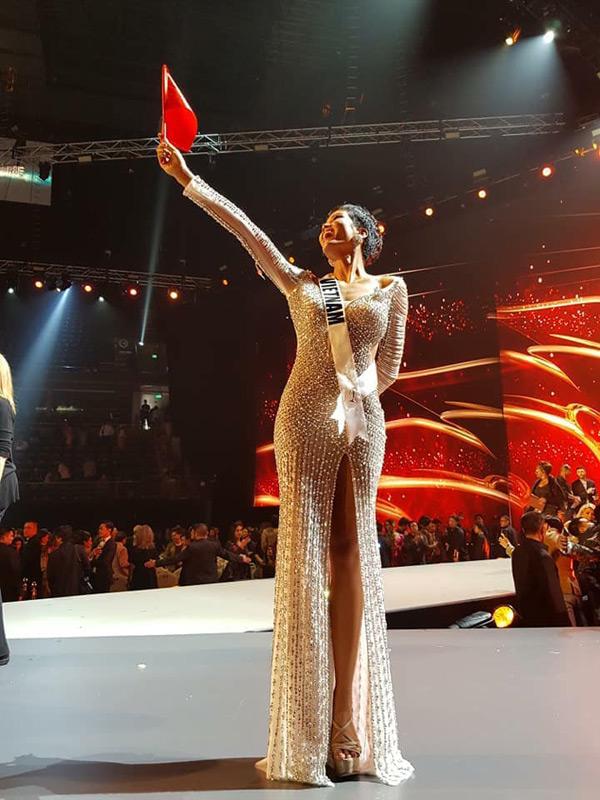 Sau khi cuộc thi kết thúc, H'Hen Niê tự hào giơ cao lá cờ tổ quốc và gửi lời cảm ơn đến tất cả mọi người.
