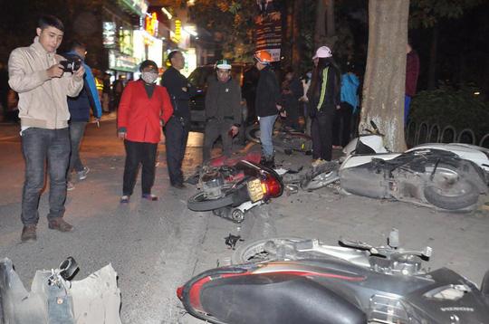 Nhiều xe máy nằm la liệt sau khi bị xe Lexus tông bất ngờ