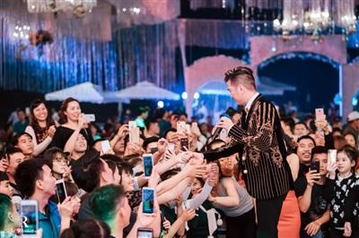 Đàm Vĩnh Hưng xuất hiện trong đám cưới với sân khấu được đầu tư 5 tỷ đồng ở Hưng Yên 11