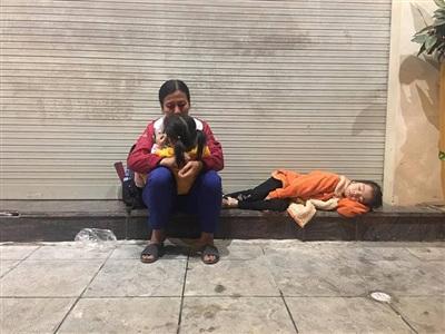 Hình ảnh 3 mẹ con nằm co ro ngoàivỉa hètrên đường Bà Triệu