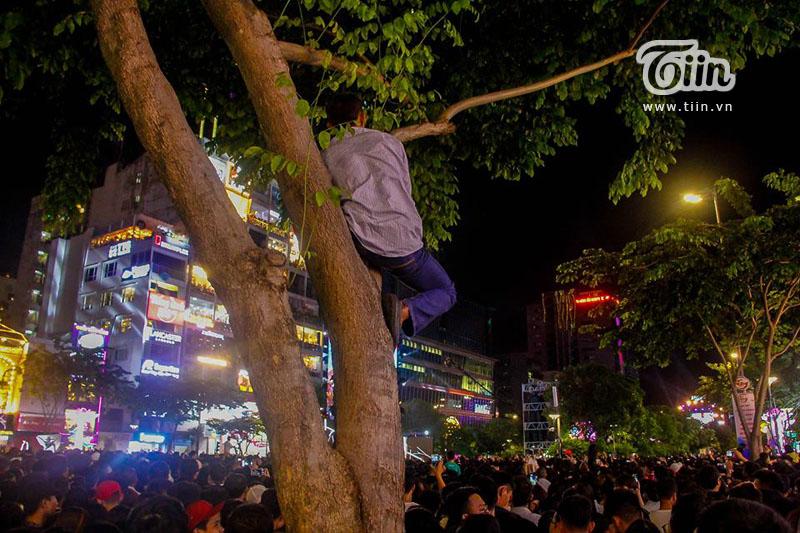 Khoảnh khắc 'bình yên' của chàng thanh niên tại phố đi bộ Nguyễn Huệ trong thời khắc chào đón năm mới