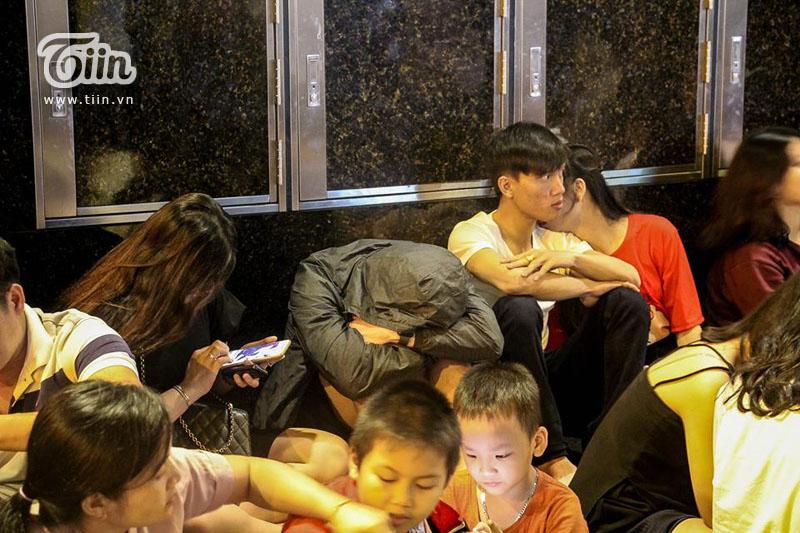 Phố đi bộ Nguyễn Huệ 'thất thủ' nhưng có 1 người vẫn bình yên giữa dòng người như thế này đây! 5