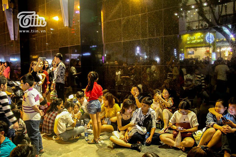 Phố đi bộ Nguyễn Huệ 'thất thủ' nhưng có 1 người vẫn bình yên giữa dòng người như thế này đây! 7