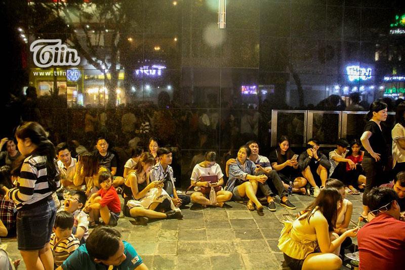 Phố đi bộ Nguyễn Huệ 'thất thủ' nhưng có 1 người vẫn bình yên giữa dòng người như thế này đây! 9