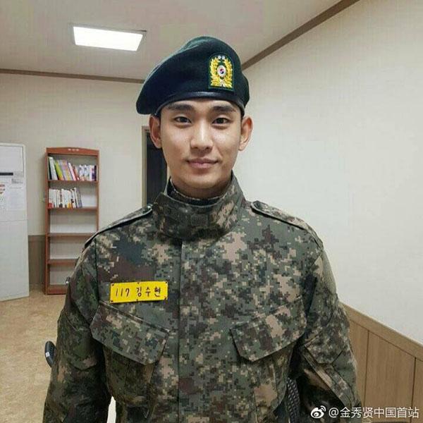 Cụ giáo Doo Min Joon nhập ngũ trong thầm lặng.