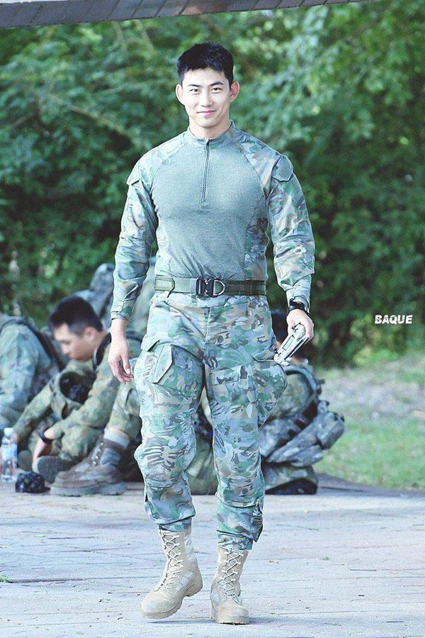 1 mảnh của 2PM vẫn rạng rỡ và điển trai trong khi thực hiện nghĩa vụ quân sự.