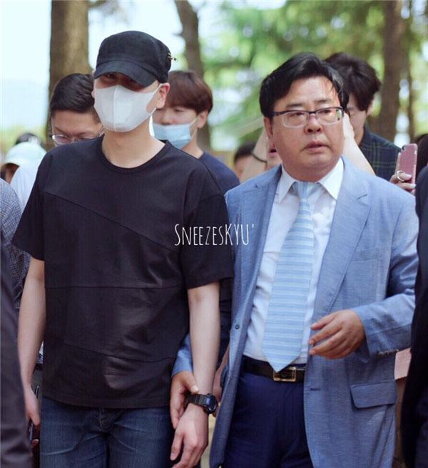 Em út của Super Junior nhập ngũ trong im lặng nhưng vẫn thu hút đến hàng trăm fan đến nơi anh nhập ngũ.
