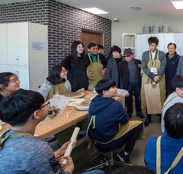 T.O.P đang chăm chỉ làm việc với tư cách là nhân viên hoạt động cộng đồng.