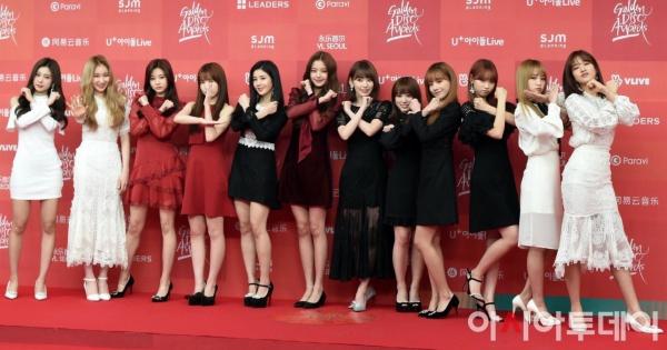 Các cô gái gây sốt cả thảm đỏ với cách pose dáng 'gia đình Siêu Nhân Gao' hài hước