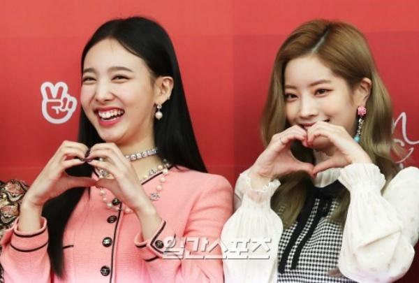 Không còn mệt mỏi như hôm qua, cả Nayeon và Dahyun đều tươi cười rạng rỡ
