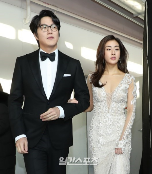 Host của ngày hôm nay: Ca sĩ gạo cội Sung Si Kyung và nữ diễn viên Kang Sora