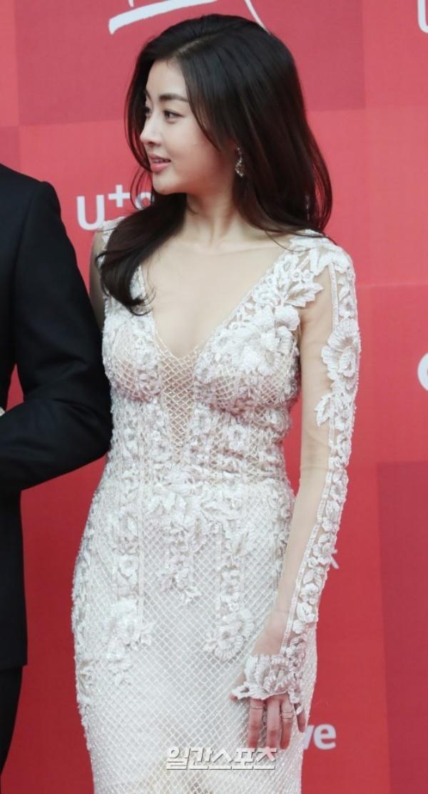 Bạn gái cũ của Hyun Bin diện váy xẻ ngực sâu táo bạo