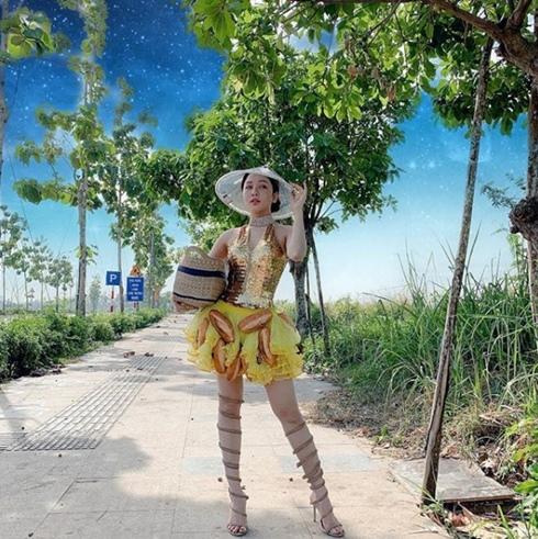 Cô nàng mới đây lại cosplay trang phục bánh mì dự thi Hoa hậu Hoàn vũ của H'hen Niê.