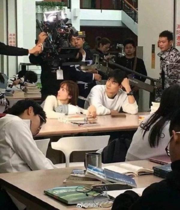 Trong lúc các học sinh cố gắng nghỉ ngơi, đoàn phim vẫn ở bên cạnh để quay phim và làm phiền đến các học sinh này