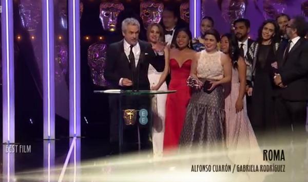 Đoàn làm phim Roma nhận giải Phim hay nhất.