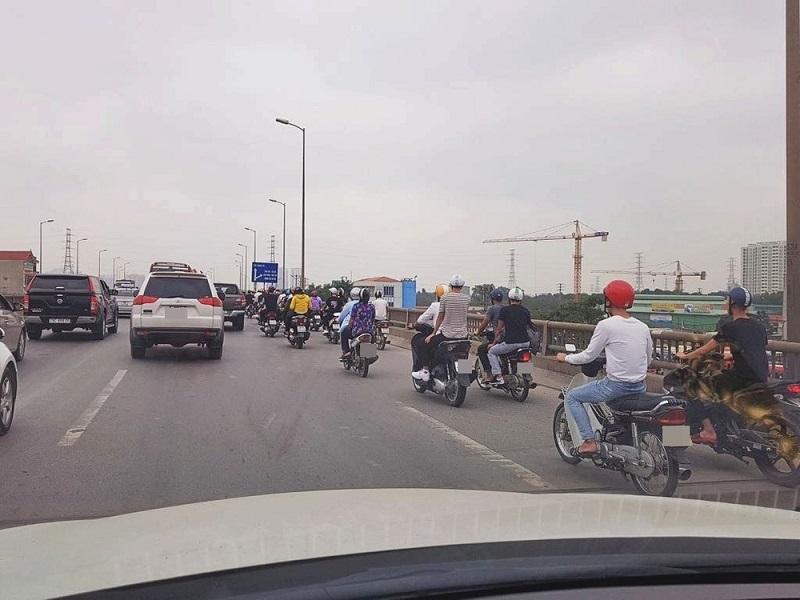 Đoàn xe máy lên tới hơn chục chiếc, bám theo ô tô tới tận cầu Thanh Trì (Ảnh: Nhân Trần)