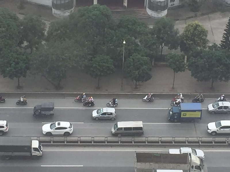 Bất chấp nguy hiểm, đoàn xe máy vẫn ngang nhiên đi cả vào làn đường chỉdành cho ô tô (Ảnh: Phùng Huy Hoàn)