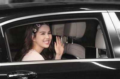 Ngọc Trinh tươi cười vẫy chào người hâm mộ.