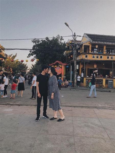 Hình ảnh 2 người cũng nhau đi du lịch Đà Nẵng - buổi hẹn hò đầu tiên của họ.