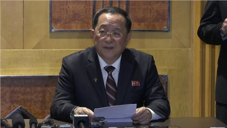 Ngoại trưởng Triều Tiên Ri Yong Hochủ trì cuộc họp báo của Triều Tiên tại khách sạn Melia, Hà Nội.