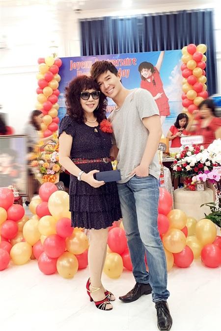 Nathan Lee tình cảm mừng sinh nhật mẹ, hé lộ căn villa chục triệu đô la mới tậu 6