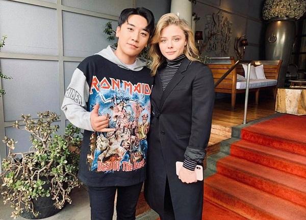 Seungri từng chia sẻ rằng phong cách thời trang mà anh hướng đến là 'bình thường nhưng không tầm thường'. Thật vậy, những chiếc áo hoodie, sweater mà anh diện tuy đơn giản nhưng giá tiền thì đắt 'cắt cổ'.