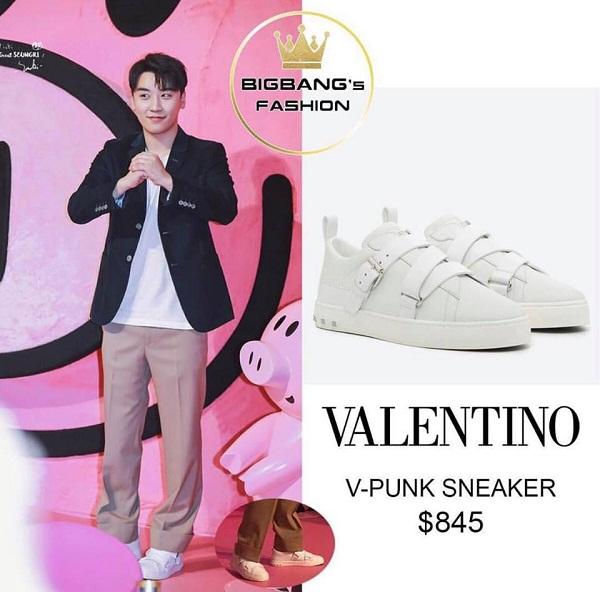 Để tô điểm cho item áo blazer + quần âu, anh chàng lựa chọn đôi V-Punk sneaker của Valentiano, được bán với giá 845 USD (18,5 triệu đồng).